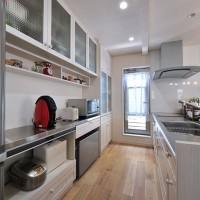 スッキリおしゃれに整えられたキッチンも無垢材、奥様お気に入りの場所。