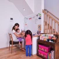 階段下スペースをうまく使った家事コーナー。将来は子供たちのスタディースペースの予定。
