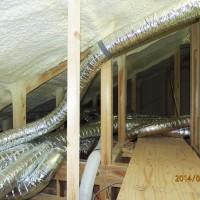 小屋裏の送風ダクトとフィルターBOX管理の通路