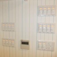 1F納戸で集中管理ができるDCファンのスイッチと空調エアコンのリモコン