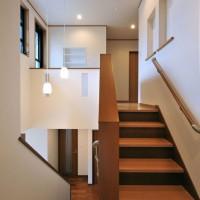 中二階へと続く吹き抜け部分。壁に作りつけた本棚、ニッチ、収納がたっぷり。
