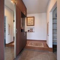広々とした玄関にはシュークロークもあり収納抜群。正面には新築にあわせてお母様から贈られた手作りの刺繍。
