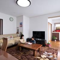 広く取ったリビングは家族が集まる大切な場所。和室から掃きだし窓が見渡せて開放感のある間取り。