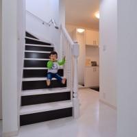 白を基調にした室内に飾り階段が品のある可愛らしさをプラスする。