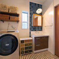 洗面室・・ブルーのタイルとレトロ調の床がうまくミックス